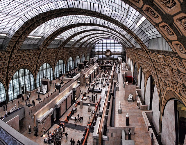 Binnen in Musee d Orsay Parijs